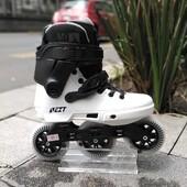 Haz de la ciudad tu patio de recreo con el patín en línea ⚡️Powerslide Next Black White 100. ⚡️El diseño minimalista pero moderno de este patín, combinado con su configuración, puede superar cualquier aventura urbana que le lances. ✨Tienda de patines en línea: www.centroroller.mx💻