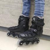 🔥PATINES FR FR2 80 BLACK🔥  ✨Gracias a sus frames oscilantes R2, solo necesitas girar los ejes para conseguir más maniobrabilidad para practicar FReestyle o más estabilidad para disfrutar de FReeride. Además cuenta con placas integradas que te harán ganar estabilidad y precisión.✨  👇DETALLES Y PRECIO:👇 https://centroroller.mx/patines-fr/5151-7174-patines-fr-fr2-80-black.html  Tienda de patines en México:www.centroroller.mx🛸 📦Envíos a toda la república mexicana 🚫Aplican restricciones🚫  #patines #enlínea #freeskate #fr2 #fr