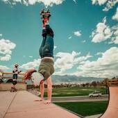 ☁ En la cima de una rampa vertical  con un impresionante cielo azul.🤸☁ ✨Tienda de patines en línea: www.centroroller.mx 💻 📦Envíos a toda la República mexicana 🚫Aplican restricciones 🚫 🌎Comunidad Latinoamericana de patinadores: www.latinroller.com✨ Foto por:  @morganchapmanm 💥 helloktx🌷
