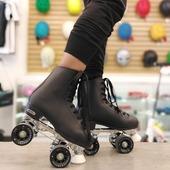 Patines Chicago Deluxe 🖤🕷️  Este icónico patin está diseñado estratégicamente para deslizarse y también es una opción popular para la pista de patinaje general y el patinaje social durante décadas.   Tienda en línea www.centroroller.com 💻